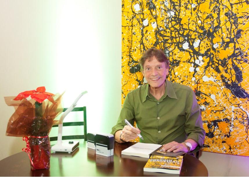 """Fabio Porchat """"pai"""" lançou livro A Breve e Longa Vida de Joaquim Conceição em noite de autógrafos em São Paulo."""