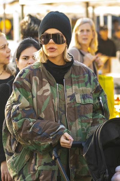 Khloe Kardashian usa óculos Carrera em LA