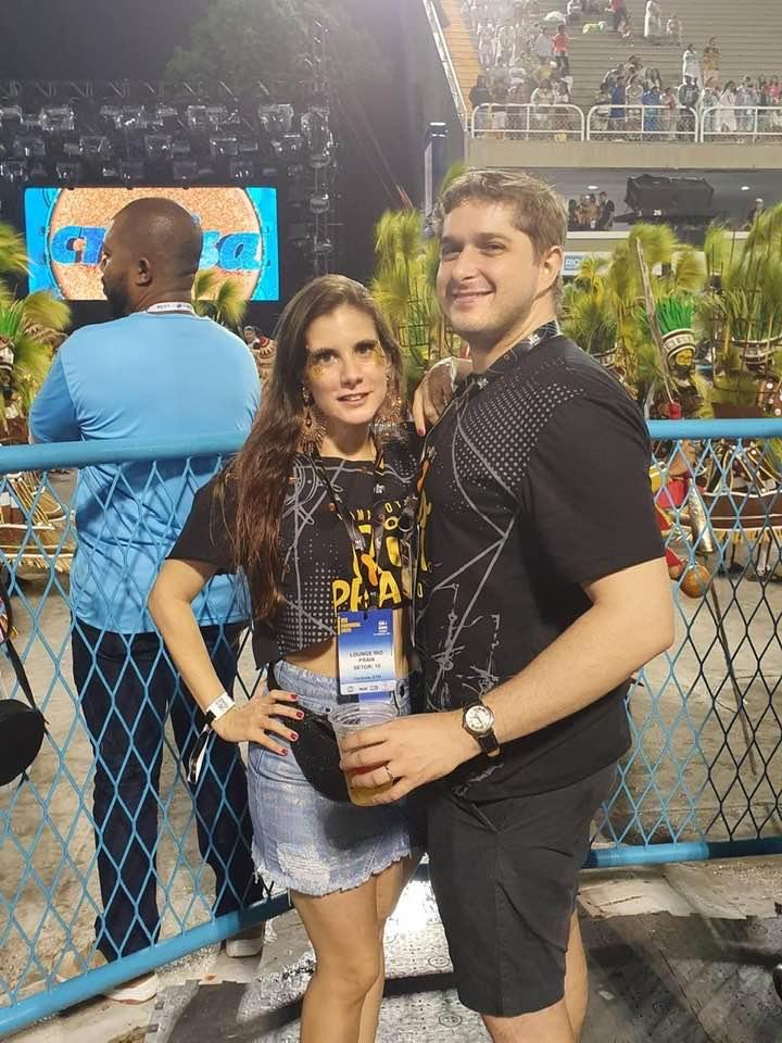 A atriz, que ama carnaval passou a tarde com amigos na feijoada do Rio Othon e em seguida seguiu para a Sapucai, onde assistiu os desfiles da Serie A, do camarote Rio Praia!