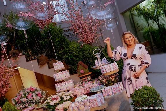 A espera de Angelina, Natália Toscano, recebeu seus convidados na noite dessa segunda-feira (03)