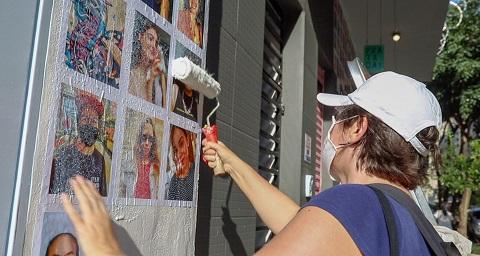 Bia Ferrer e Priscilla Torelli espalham lambes com imagens de 500 moradores