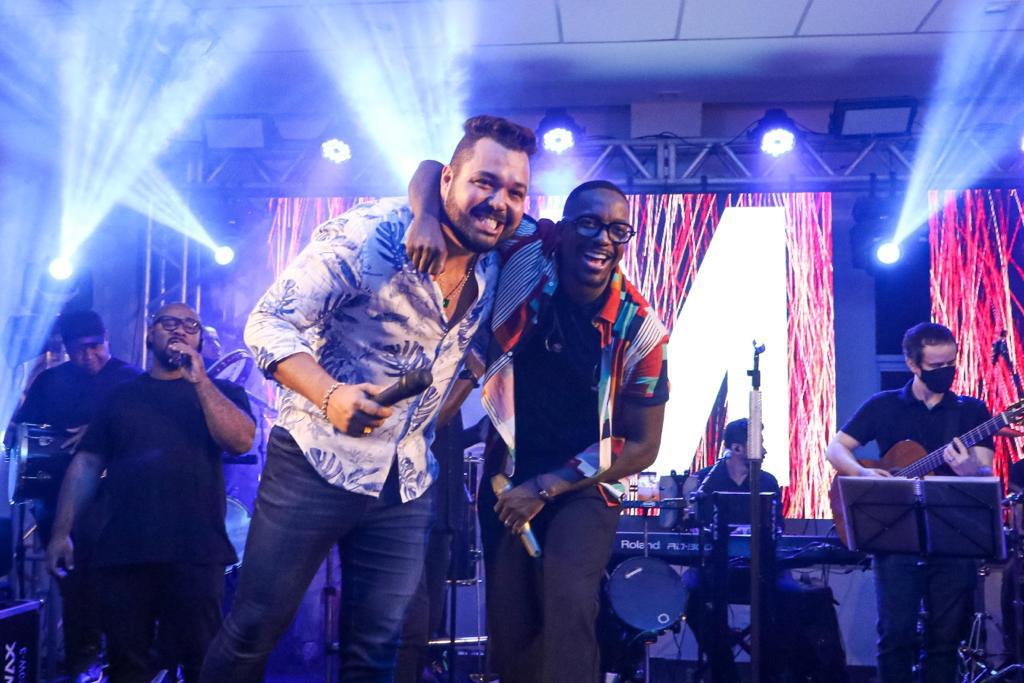 Show de Mumuzinho marca noite de festa Edu Muniz de 41 anos