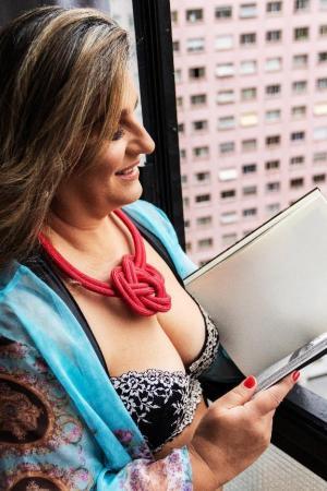 Fotógrafa Tainá Medeiros resgata autoestima e sensualidade de mulheres acima de 50 anos