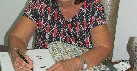 """A artista plástica Weimar Marchesi Amorim autografou o livro """"O que permanece no tempo"""""""