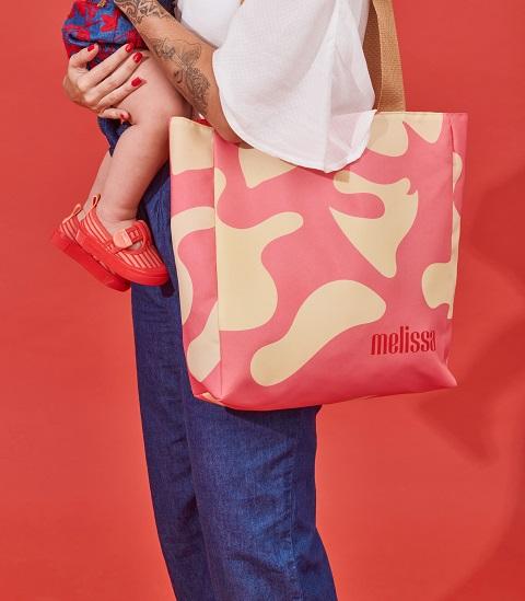 Melissa se junta ao LabJaca para criar bolsas para o Dia das Mães