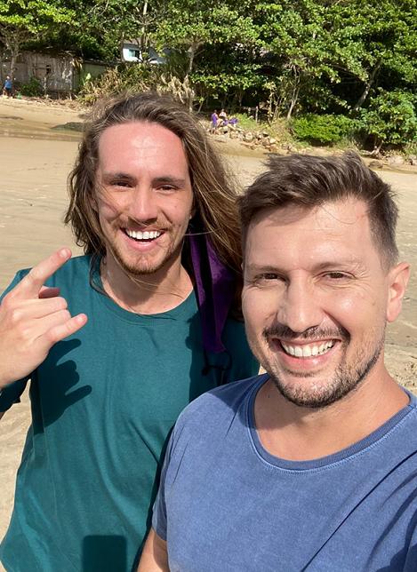 Daniel Cajal e o cantor Vitor Kley gravam vídeo juntos na Praia Brava, SC