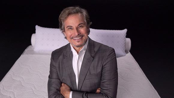 """Edson Celulari mostra que é """"bom de cama"""""""